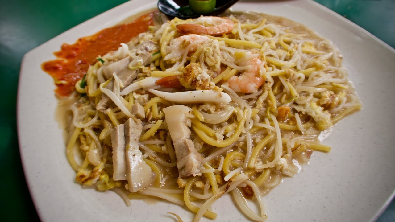 How Singapore FRIED HOKKIEN MEE is cooked!