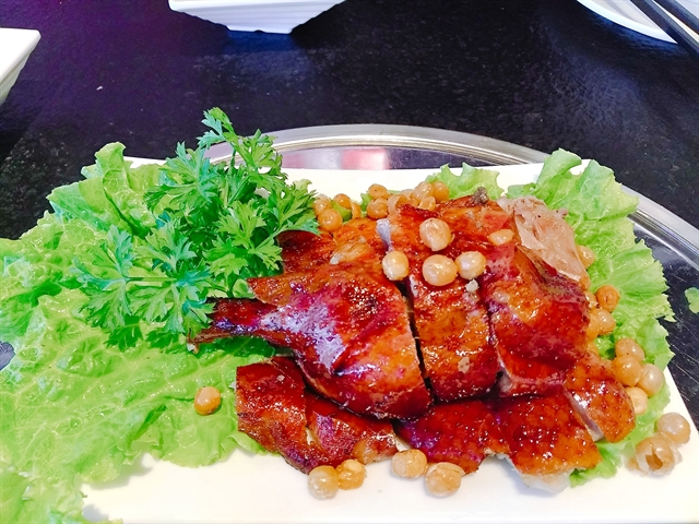 A must-try atHua Mulan is the roast duck. The skin is crispy, shiny and thin while the meat is soft, succulent and salty. VNS Photo Minh Thu