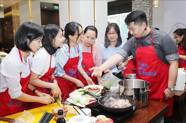 Many young people today are interested in becoming a professional chef. VNA/VNS Photo