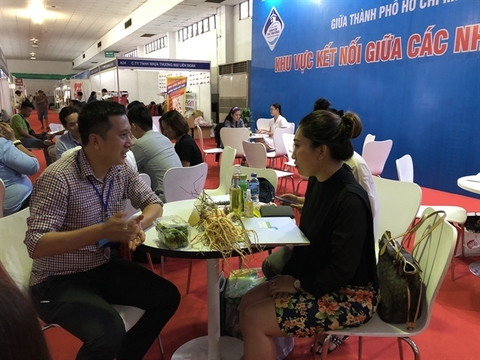 Producers and suppliers of high-quality and safe agricultural produce and local specialities network with retailers on the sidelines of the suppliers-buyers conference in HCM City from September 26 to 29. VNS Photo Thu Hang